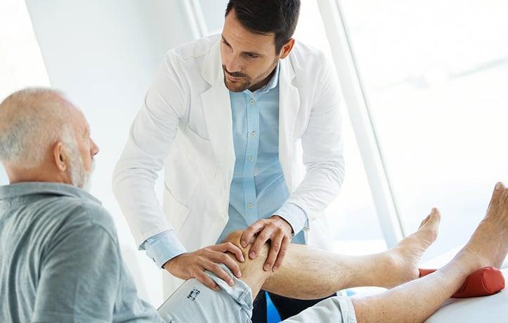 一个男人在治疗一个患有关节炎的病人