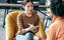 一位女士正在和客户练习动机性访谈