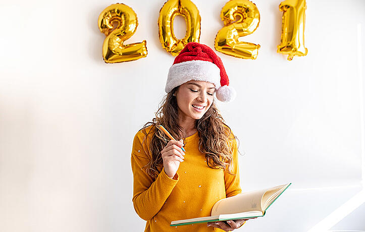 一位女士正在写2021年的新年计划