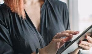 Terminologa che legge su tablet