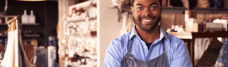 profissional feliz por aprender sobre pequenos negócios lucrativos