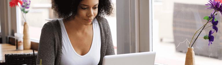 mulher escolhendo um cartaz motivacional para a startup