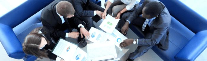 profissionais conversando sobre como fazer um relatório de vendas