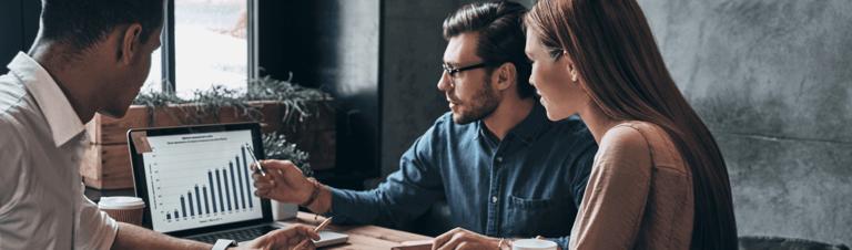 profissionais analisando o que é faturamento na empresa online