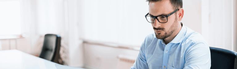 profissional estruturando o controle de notas fiscais para e-commerce