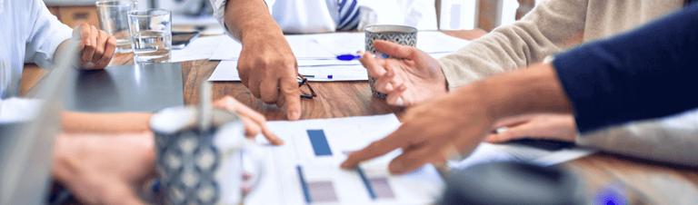 profissionais em reunião conversando sobre Gestão de assinaturas em pagamentos recorrentes