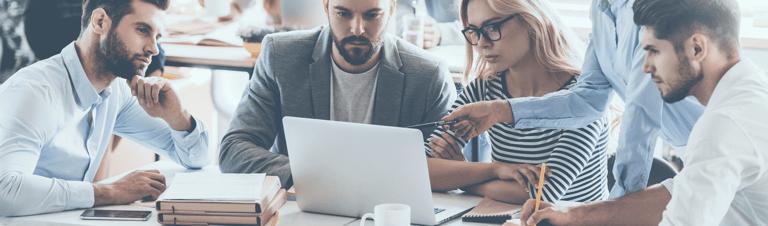 profissionais pesquisando o melhor nome para loja virtual e e-commerce