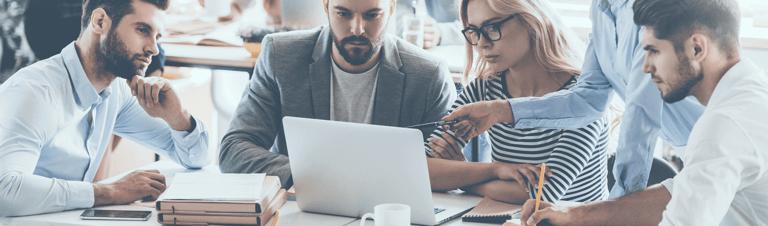 profissionais estudando como incentivar a inovação organizacional