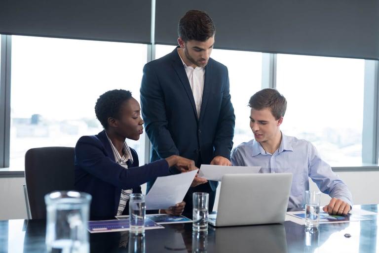 Funcionários de uma empresa discutindo sobre possíveis soluções financeiras para o negócio.