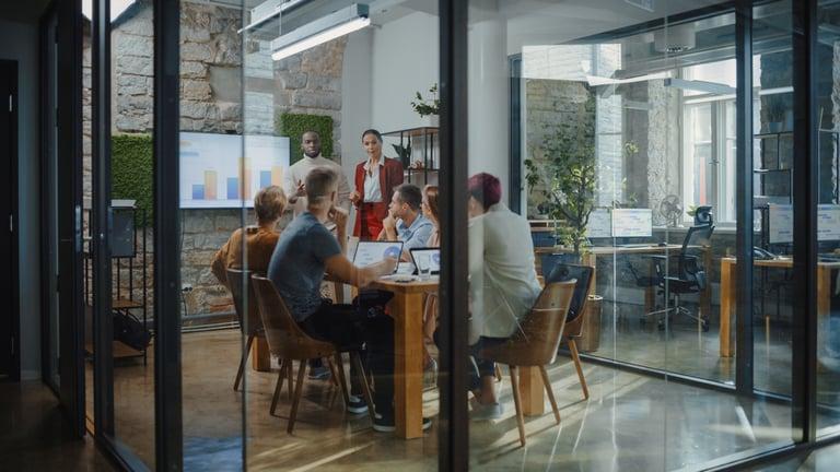 Pessoas reunidas em uma sala para discutir os próximos passos da gestão financeira para pequenas empresas