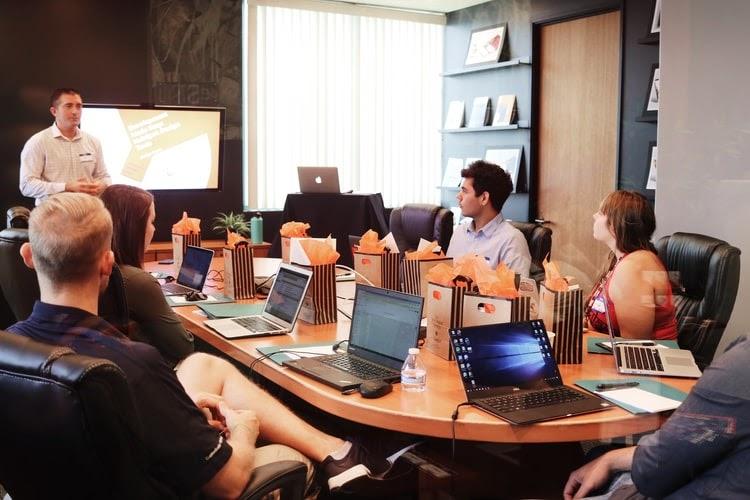 Equipe de trabalho em reunião utilizando PaaS.