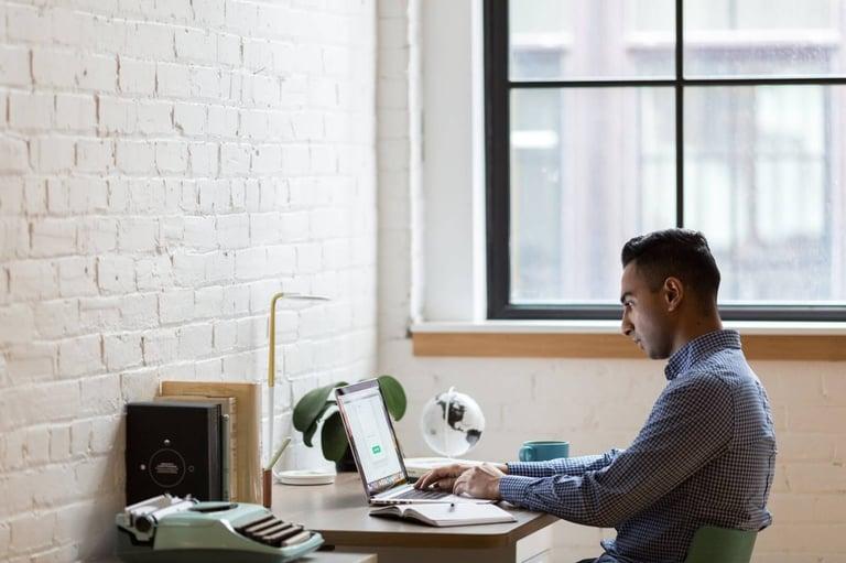 Homem lendo informações sobre como abrir uma empresa online.