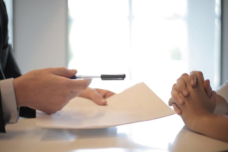 profissional escrevendo sua inscrição estadual