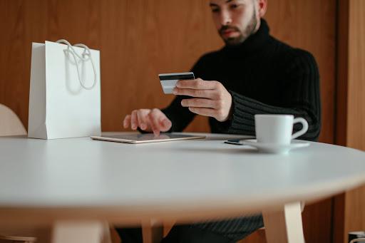 Pessoa realizando compra online através de link de pagamento.