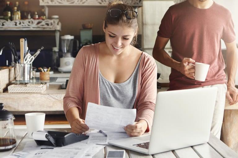 Mulher utilizando o pagamento de contas iugu em seu notebook.