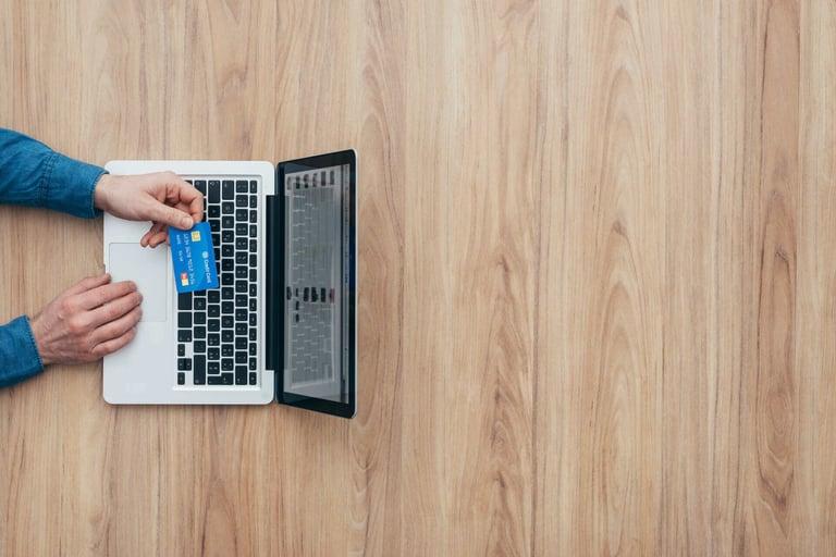 pessoa em um computador aberto com a página de vendas online