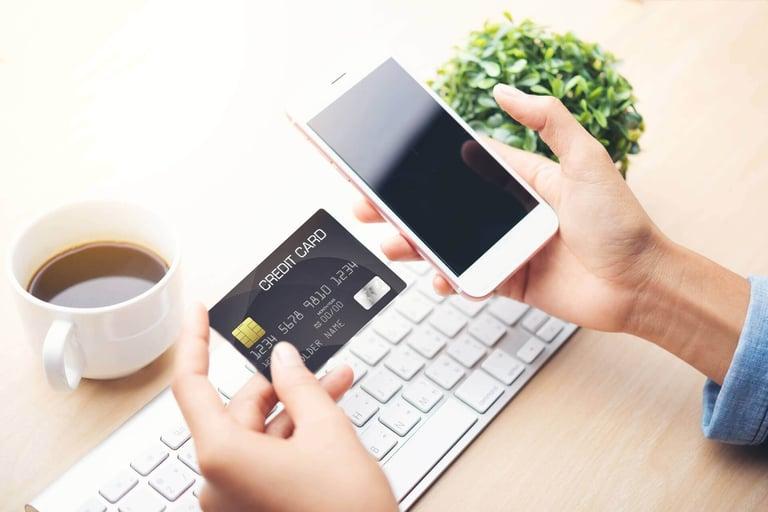 pessoa realizando compra online para ilustrar as novas características do comportamento de consumo