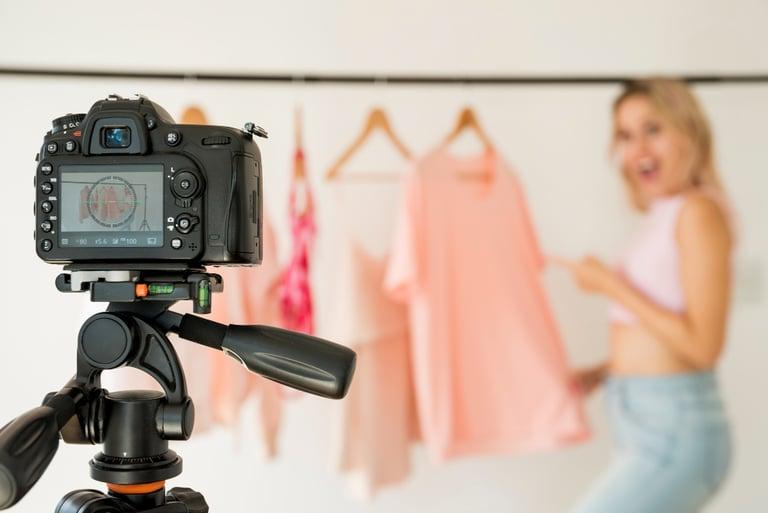 mulher fotografando roupas para vendas e-commerce de moda