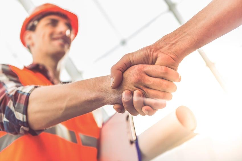 Zwei Bauunternehmer geben sich die Hand