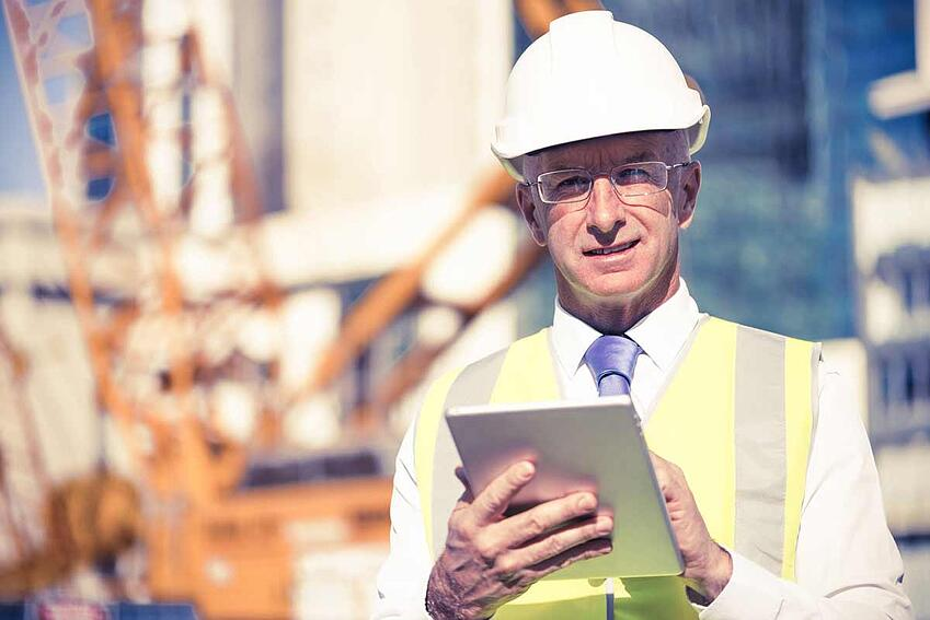Bauleiter auf Baustelle mit Tablet