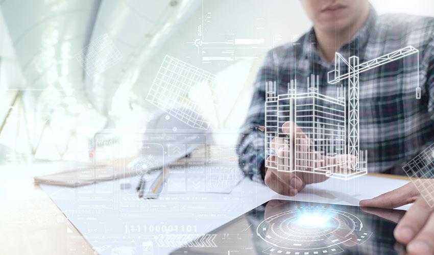 Architekt neben Helm und Bauplänen erzeugt Hologramm von Gebäudeplan mit Interface.