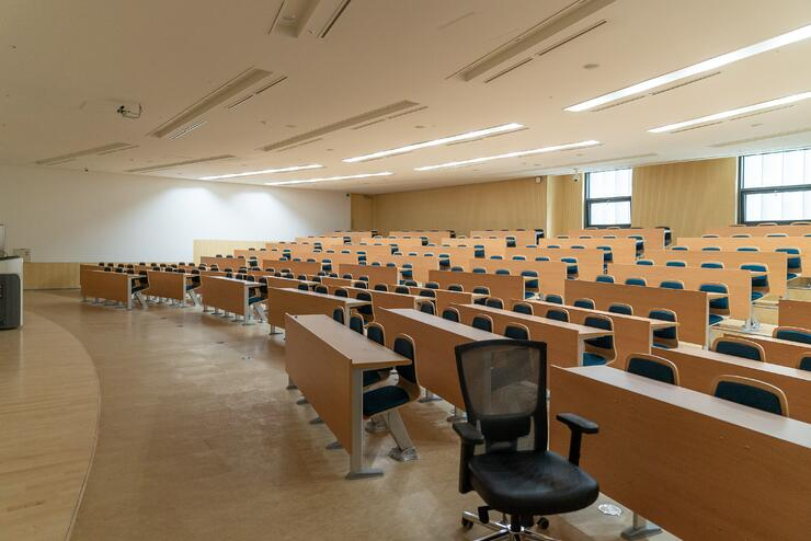 Empty classroom. Photo by Changbok Ko on Unsplash.