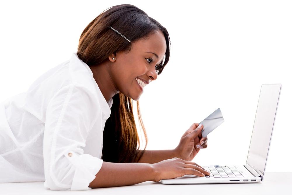 Mujer pagando en línea con una tarjeta de crédito - aislada sobre fondo blanco-1