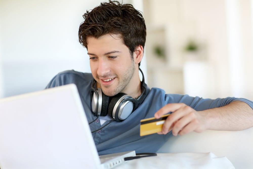 Joven comprando música por internet con una tableta