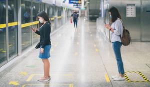 Maîtriser la distanciation sociale dans les entreprises et les lieux publics avec de l'adhésif