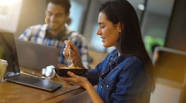 ¡Trabajar y mantener tus horarios de alimentación van de la mano!