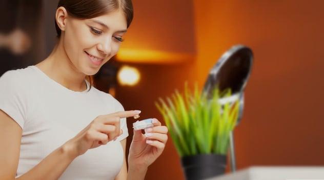 ¿Qué precauciones debes tener al usar lentes de contacto?