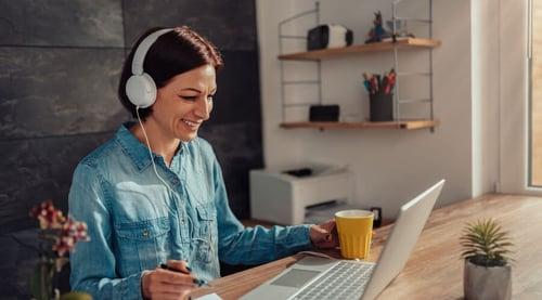 ¡Baja el volumen de la música en tu trabajo y cuida tus oídos!