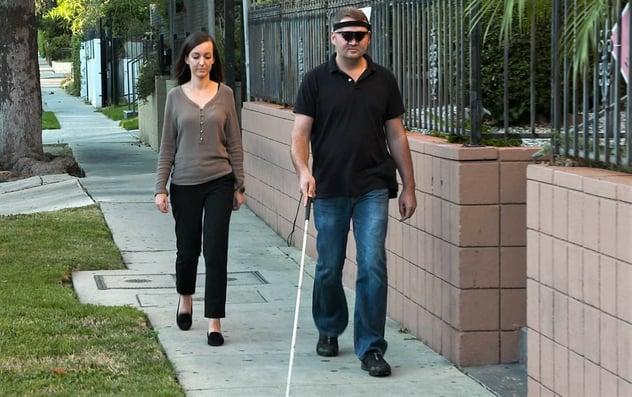 ¡Guía para interactuar con sordociegos! Su discapacidad no es incapacidad