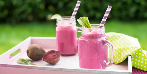 how-to-make-vegan-detoxifying-glowing-beet-and-berry-smoothie