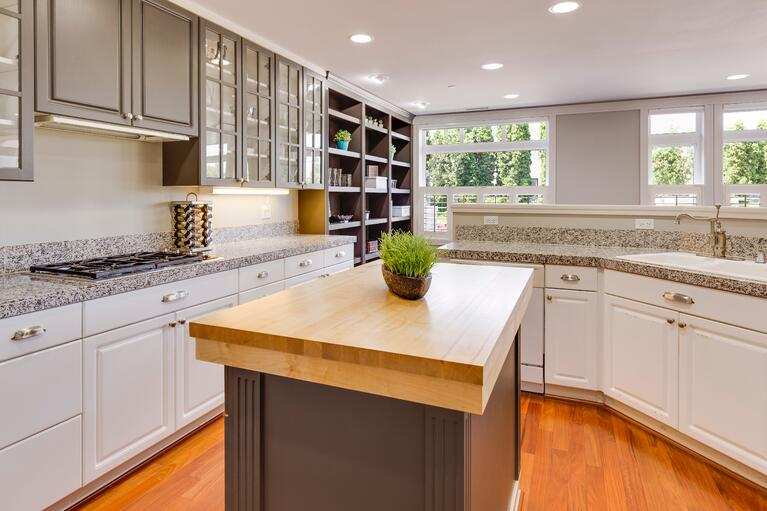 Pros and Cons of Painting Oak Cabinets White in Omaha, NE
