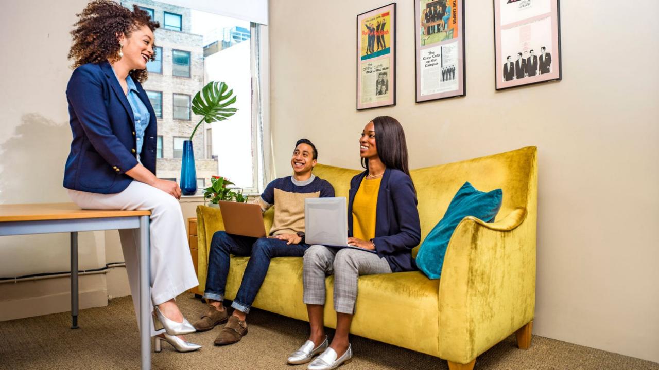 content-marketing-women-sofa-yellow-laptops