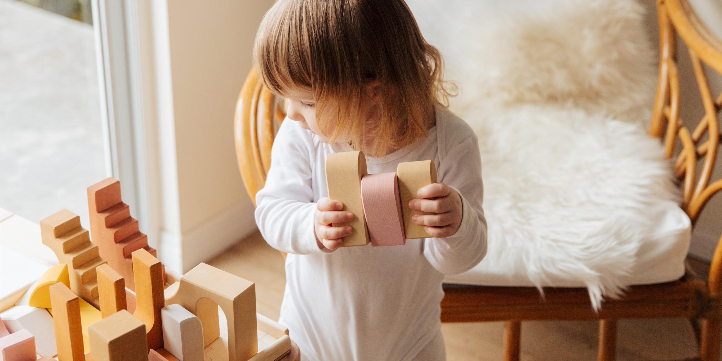 Ein kleines Kind spielt mit Bauklötzen.