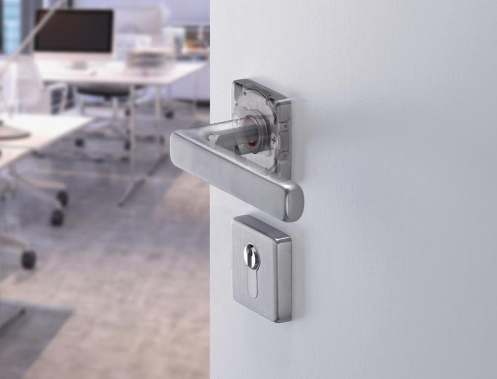 Cómo definir herrajes y accesorios para complementar puertas metálicas